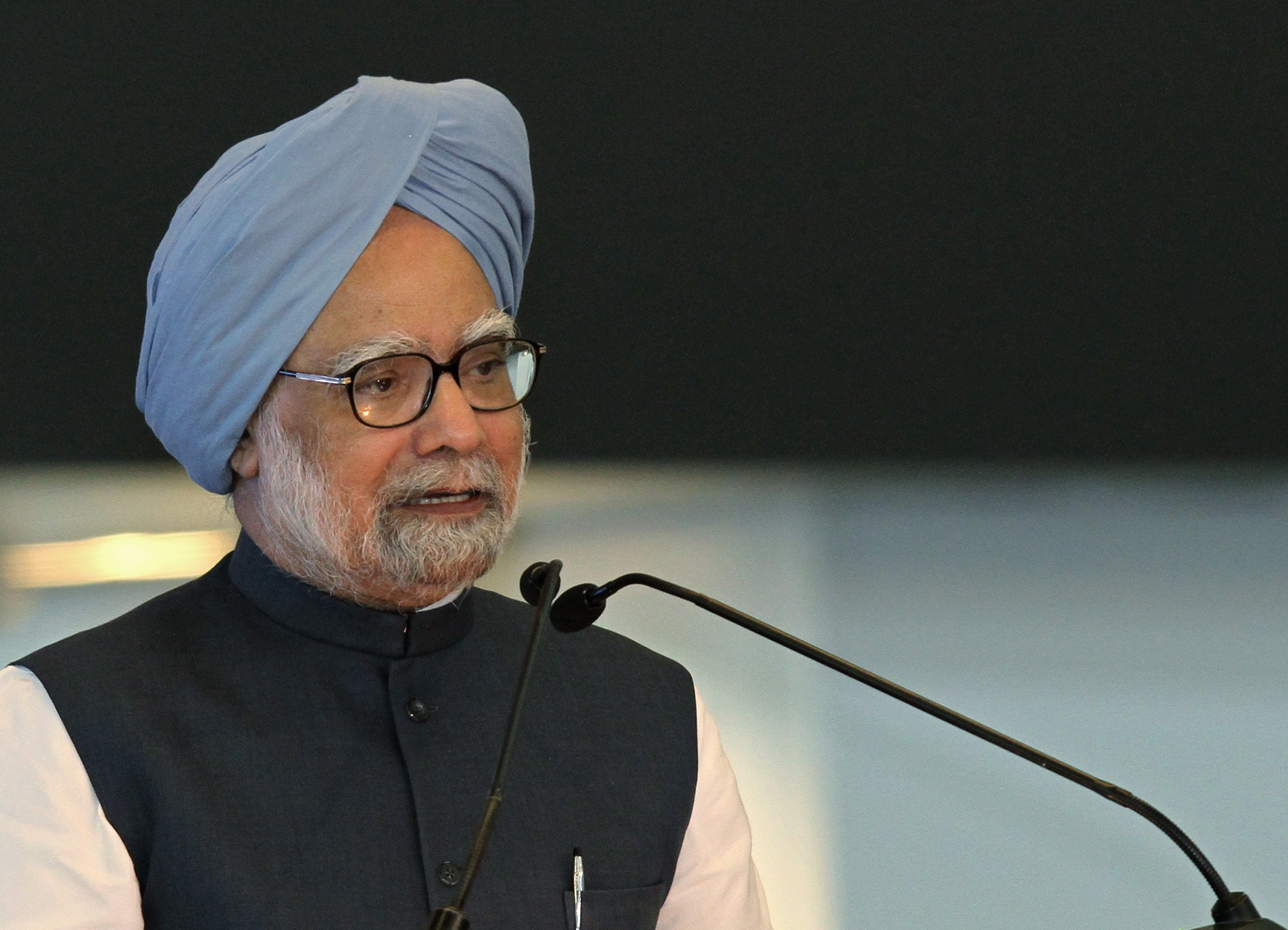 Demonetisation a 'monumental management failure', an 'organised loot': Manmohan Singh