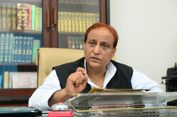 SP leader Azam Khan caught on camera threatning SDM for stopping his car