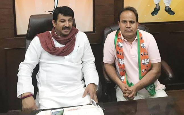 AAP MLA Ved Prakash Joins BJP and would resign from government run bodies